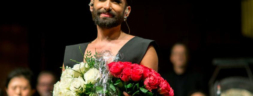 Conchita Wurst mit Rosen in Nürnberg