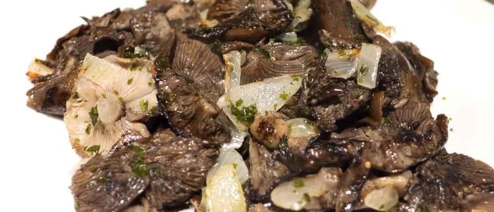 Leckere Pilzbeilage mit Hallimasch und Zwiebeln