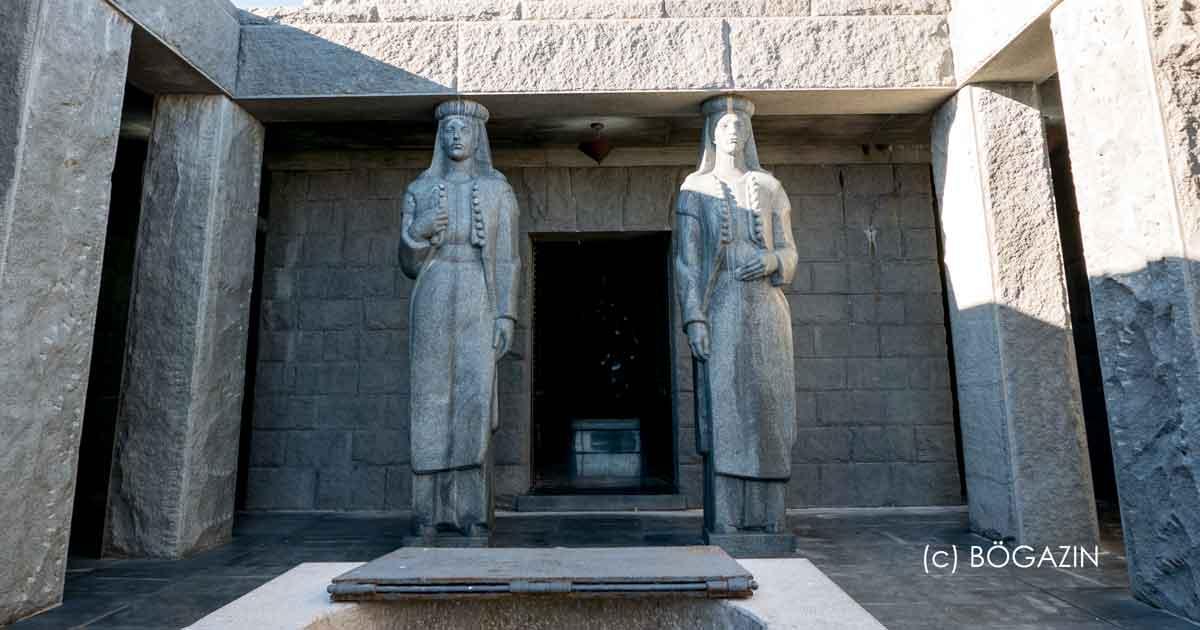 461 Treppenstufen führen zum Mausoleum Petar Njegos