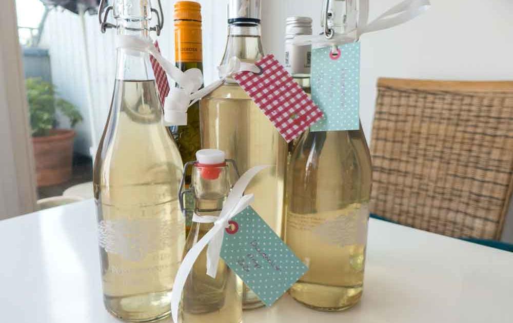 Als Geschenk Waldmeistersirup in Flaschen verschenken