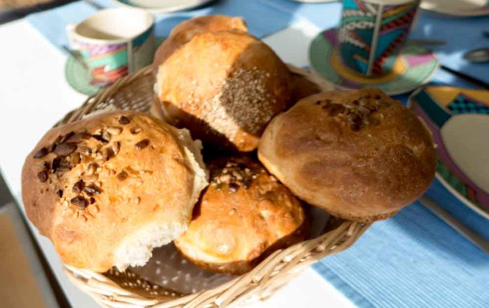 Ein leckeres Sonntagsfrühstück mit frischen Brötchen