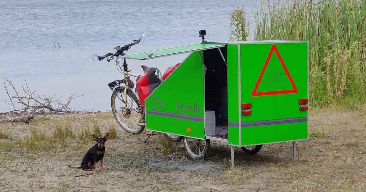 Ein Fahrradwohnwagen mit eingebauter Heizung und Lüftung