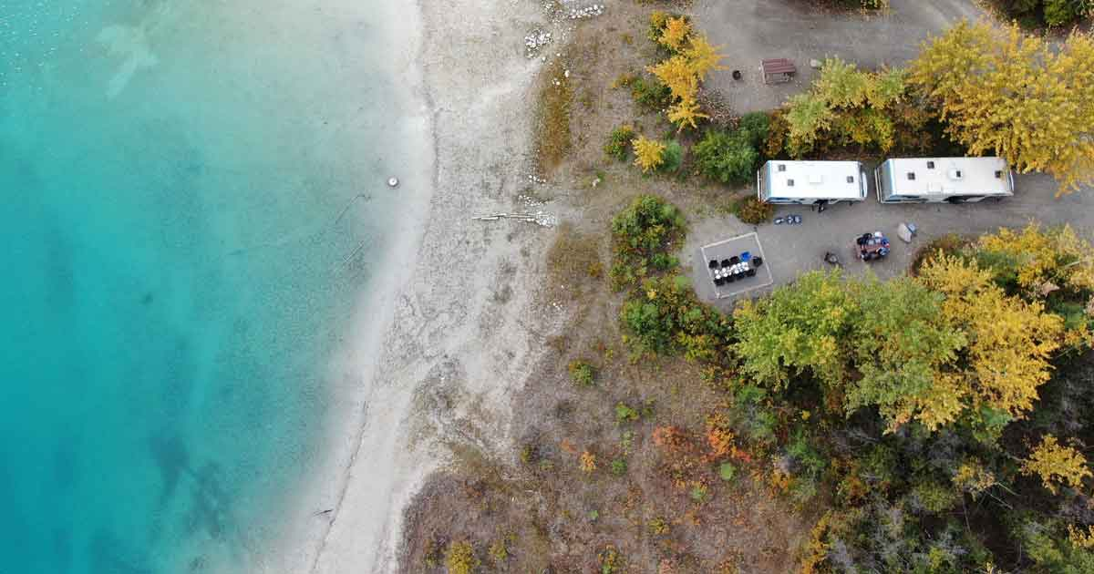 Bei Wohnmobil Tour planen: Ein Camping-Bus Stellplätze am Meer buchen