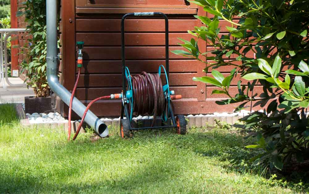 Im Garten Wasserhahn und Wasserleitung winterfest machen